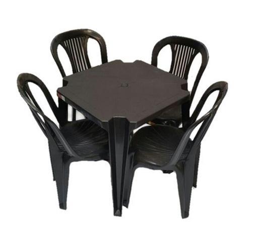 Conjunto de Mesa com Cadeiras de Plástico na cor preta